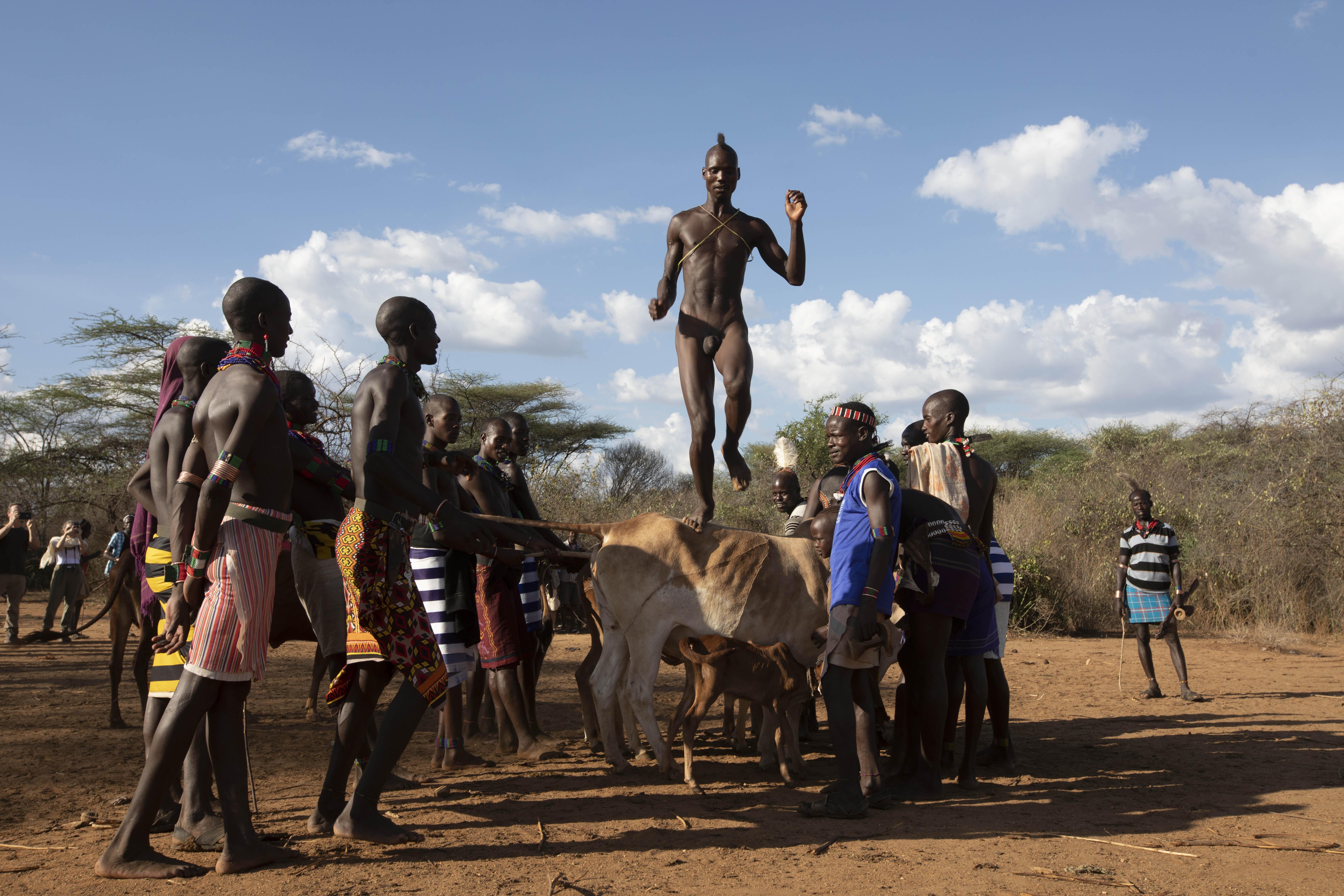 С АВТОМАТАМИ В РАЮ: путешественник Евгений Рафаловский побывал в Эфиопии, где прыгают через быков и меняют коров на автоматы Калашникова