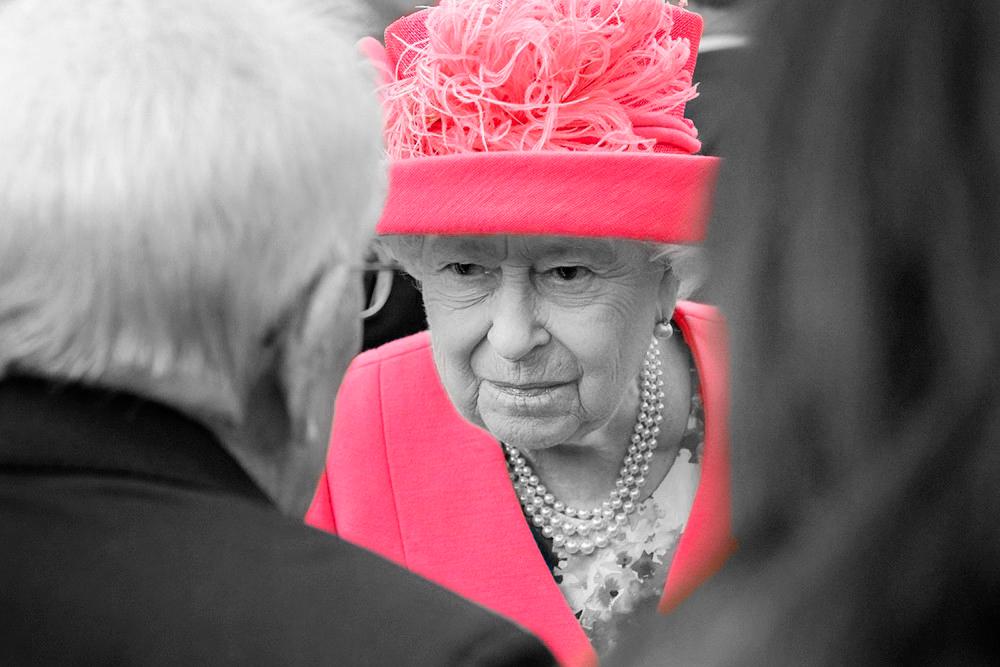 «Давайте не будем относиться к себе слишком серьезно». Британский юмор королевы Елизаветы II
